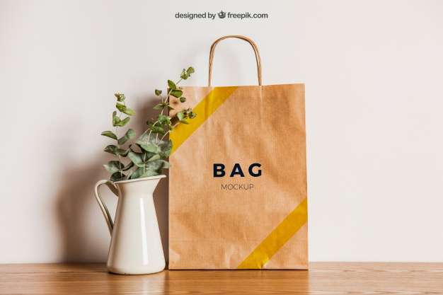 Premium PSD | Paper bag mockup next to flower pot