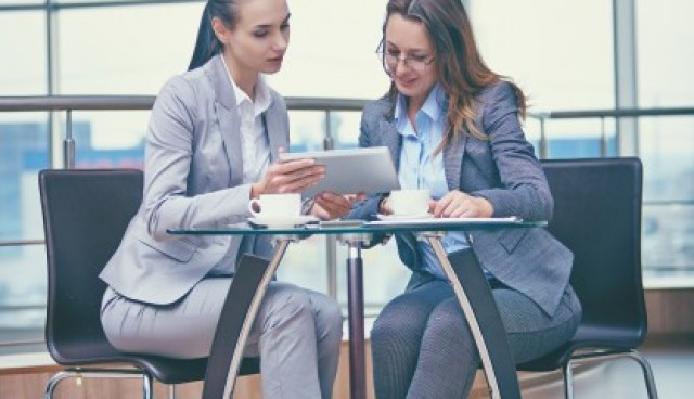 Smart businesswomen working with a tablet  Photo |  Download